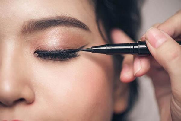اشتباه اول: خط چشم را درون پلک چشم استفاده میکنید